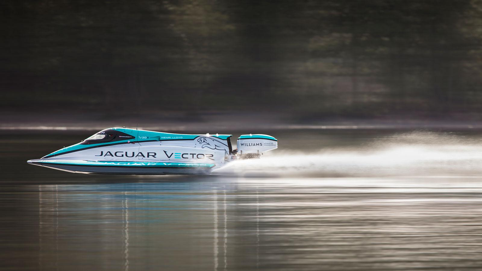 Катер Ягуар установил мировой рекорд скорости наводе среди лодок сэлектромотором
