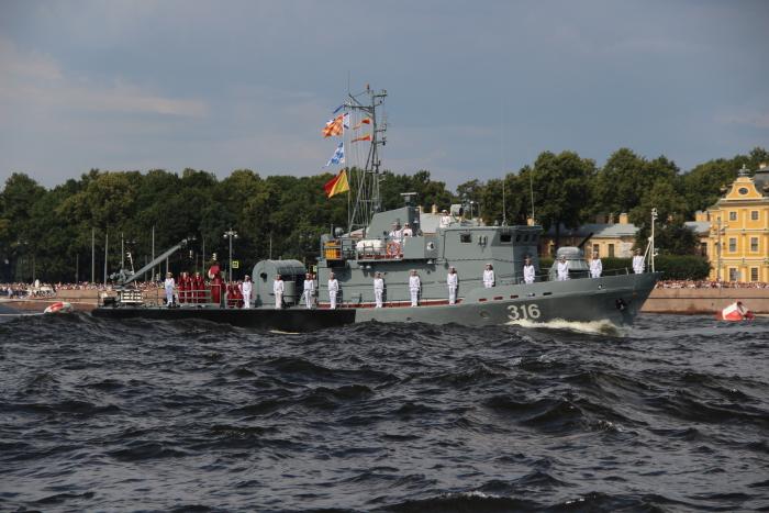 Рейдовый тральщик РТ-57 на параде 28.07.2019