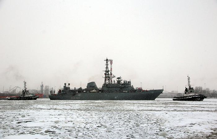 Судно связи Иван Хурс уходит с Северной верфи