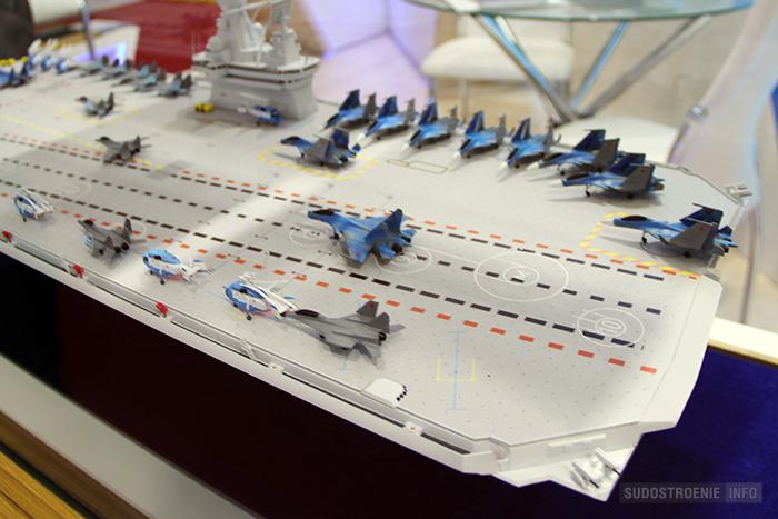Полётная палуба авианосца с корпусом полукатамаранного типа