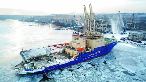 Ледокол 'Новороссийск' пришел в порт Ванино